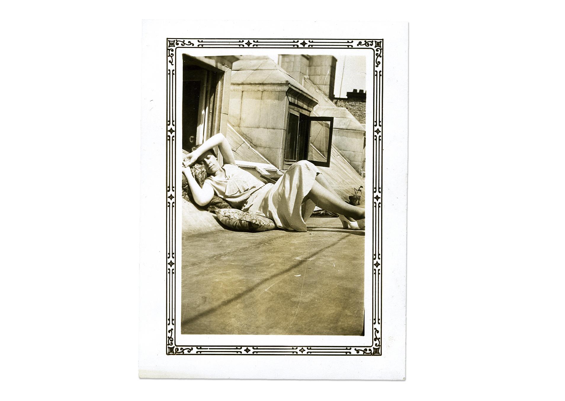 Jeune femme sur un toit